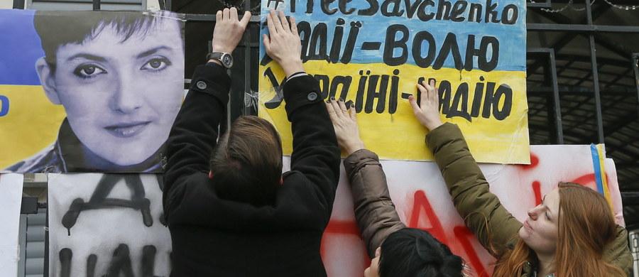 Więziona w Rosji ukraińska lotniczka wojskowa Nadija Sawczenko zapłaciła grzywnę za rzekome nielegalne przekroczenie granicy tego państwa, co ma jej pomóc w powrocie do ojczyzny – poinformowała w niedzielę jej matka, Maryna Sawczenko. Powołując się na rozmowę z adwokatem córki, Nikołajem Połozowem, matka oświadczyła, że pieniądze na grzywnę w wysokości 30 tysięcy rubli Sawczenko otrzymała od ukraińskich dyplomatów.