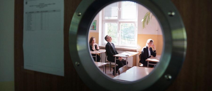Maturzyści przystąpią w poniedziałek rano do pisemnego egzaminu z matematyki na poziomie rozszerzonym. Po południu odbędzie się egzamin z łaciny. Nie są to egzaminy obowiązkowe, przystępują do nich tylko ci abiturienci, którzy zadeklarowali taką wolę.
