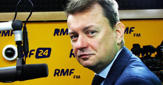 """""""Mam zaufanie do policji, bo jest profesjonalna. W sobotę na demonstracji było 45 tys. uczestników"""" - mówi gość Kontrwywiadu RMF FM, szef MSWiA Mariusz Błaszczak. """"Podanie liczby demonstrujących wziętej w sufitu świadczy o tym, że wiceprezydent Warszawy - Jóźwiak - też jest zakodowany"""" - uważa minister. """"Uwaga warszawiacy! Przyjrzyjcie się jak wiceprezydent wydaje wasze pieniądze"""" - dodaje. Jego zdaniem liczba demonstrantów podawana przez policję jest wiarygodna. """"Zawistników i nienawistników będzie wielu i cokolwiek by się nie wydarzyło, to i tak będzie hejt"""" - ocenia. Mariusz Błaszczak uważa, że sobotnia demonstracja to """"porażka"""". """"Milion ludzi miał wyjść na ulicę"""" - mówi gość RMF FM. Dodaje, że porażką jest również to, że szef PO wydał na demonstrację olbrzymie pieniądze. """"Zapowiadano zjednoczenie opozycji, a jej liderzy się przepychali, żeby być w pierwszym rzędzie"""" - mówi gość Kontrwywiadu. Błaszczak uważa, że marsz opozycji to dowód na to, że """"system jest zdrowy"""", a """"demokracja w Polsce kwitnie"""". Zdaniem szefa MSWiA uczestnicy manifestacji """"to byli ludzie, którzy dobrze pamiętają PRL"""". """"Nie było widać młodych. Dominowali ci w wieku bardziej poważnym"""" - mówi Błaszczak. Pytany o to, czy sobotni marsz wpłynie na rządzących odpowiada: """"Wbrew temu, co mówią źli ludzie - my szukamy kompromisu"""". Według polityka PiS """"kryzys eskalują ci, którzy w sobotę demonstrowali""""."""