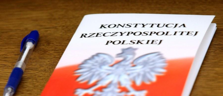 """""""Według badania IBRiS przeciwna rozpoczynaniu prac nad nową ustawą zasadniczą jest ponad połowa Polaków (54 proc.), a zmiany popiera jedna trzecia (35 proc.)"""" - pisze we wtorkowym wydaniu """"Rzeczpospolita"""". """"Najwięcej przeciwników zmieniania obecnej konstytucji stanowią wyborcy w średnim wieku (67 proc. Polaków w wieku 35–44 lata), wyborcy Nowoczesnej (83 proc.) i Platformy (80 proc.)"""" - wylicza."""
