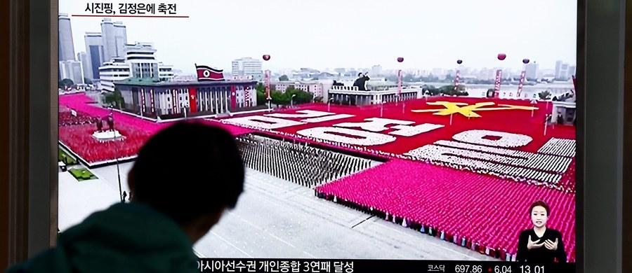 Setki tysięcy osób wzięły w Pjongjangu udział w wielkiej paradzie na zakończenie pierwszego od 36 lat zjazdu rządzącej w Korei Płn. Partii Pracy Korei. Kongres ugruntował pozycję przywódcy Kim Dzong Una, wynosząc go do rangi przewodniczącego partii.