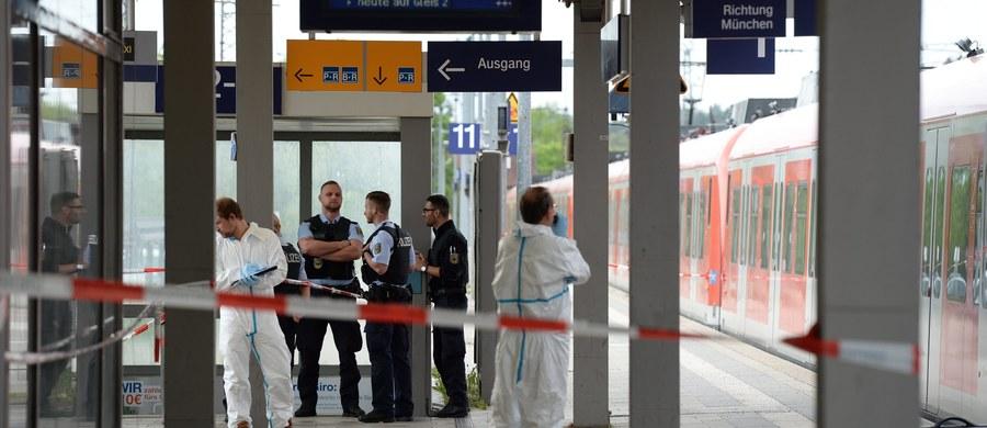 Jedna osoba zginęła, a trzy zostały ranne podczas ataku nożownika we wtorek rano na dworcu kolejowym Grafing pod Monachium. Policja zatrzymała napastnika. Szef MSW Bawarii Joachim Herrmann powiedział, że 27-letni Niemiec nie działał z pobudek islamistycznych.