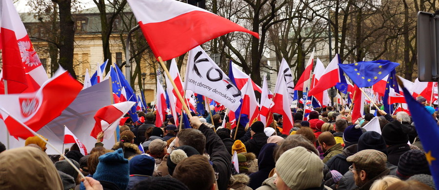 """Oczywiście, że sobotni marsz nie zgromadził ćwierci miliona demonstrantów. Ale to, że w manifestacji uczestniczyło - w sumie - więcej niż 45 tysięcy osób, też wydaje mi się bezdyskusyjne. Mniejsza jednak o liczby. Bo one są ważne, ale nawet gdyby na ulice Warszawy wyszło """"tylko"""" 60, 80 czy sto tysięcy osób i tak nie sposób zbagatelizować pytania, co ich na tę ulicę wyprowadziło. I czy na pewno wszyscy oni są komunistami i złodziejami, których """"dobra zmiana"""" odsunęła od przywilejów i apanaży."""
