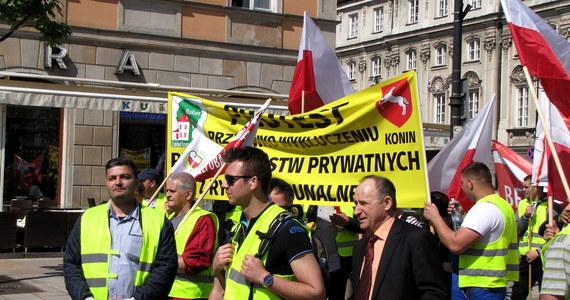 Dwa tysiące pracowników firm zajmujących się odpadami protestuje w Warszawie przeciwko zmianom w przepisach ustawy o zamówieniach publicznych. Nowe regulacje wprowadzają możliwość zamawiania bez przetargu tzw. usług in-house. Chodzi między innymi o umożliwienie gminom zamawiania usług wywozu śmieci w spółkach komunalnych.