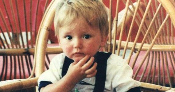 Brytyjska policja wyznaczyła nagrodę w wysokości 12 500 euro za wszelkie informacje przydatne w poszukiwaniu zaginionego Bena Needhama. Chłopiec zaginął w lipcu 1991 roku na greckiej wyspie Kos. Grupa brytyjskich oficerów śledczych wznowiła dochodzenie na wyspie, gdzie 25 lat temu 21-miesięczne dziecko było na wakacjach wraz z rodzicami i dziadkami. Ben miałby dziś 26 lat. Jego matka wciąż wierzy, że żyje.