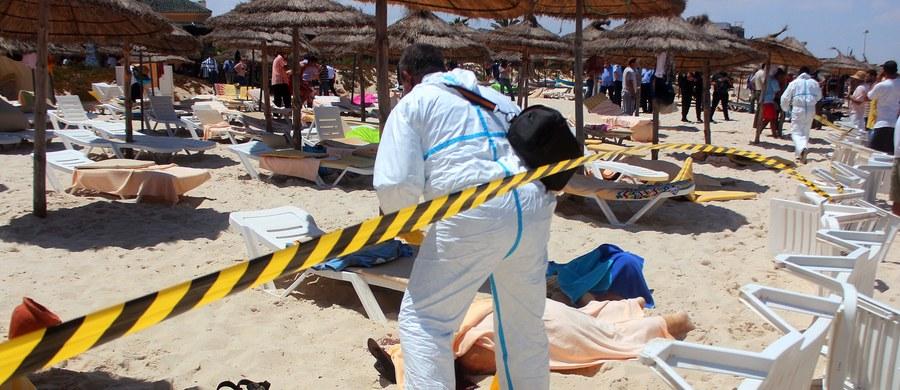 Wdowa po jednej z polskich ofiar zamachu terrorystycznego z 18 marca 2015 roku w muzeum Bardo w Tunisie pozwała biuro podróży, w którym wraz ze zmarłym mężem wykupiła wyjazd do Tunezji. Chodzi o niepoinformowanie o szczególnym zagrożeniu w rejonie, do którego małżeństwo wyjechało na wycieczkę. Kobieta domaga się ponad 806 tys. zł zadośćuczynienia i odszkodowania.