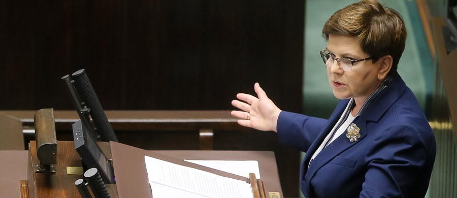 """""""Przez 8 lat budowano państwo teoretyczne, w którym obywatele się nie liczyli"""" - powiedziała w Sejmie premier Beata Szydło. Szefowa rządu przedstawiła raport o rządach PO-PSL. Według premier, w ciągu ośmiu lat rządów poprzedniej ekipy Polacy stracili ok. 340 mld zł. Zapowiedziała też, że zwróci się o powołanie komisji śledczej ws. Amber Gold. """"Niestety, dzisiaj ci, którzy mówią: nie realizujecie, za wolno, za szybko, dlaczego tak mało, dlaczego tak dużo - bo bez przerwy takie głosy z waszej strony płyną - sami uciekli od odpowiedzialności, nie pokazali, co zostawili po swoich rządach"""" - podkreśliła Beata Szydło. Posłowie zapoznali się z wynikami audytu rządów PO-PSL. Po premier, głos zabrali kolejni ministrowie."""