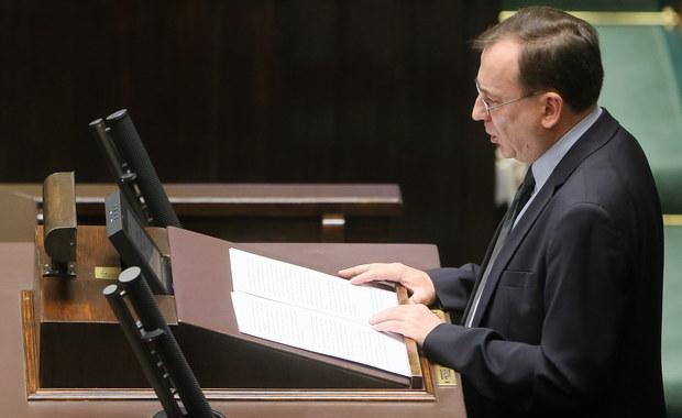 """Po katastrofie smoleńskiej ABW nie podjęła żadnych działań operacyjnych, których celem byłoby ustalenie jej okoliczności i przyczyn - powiedział w Sejmie koordynator służb specjalnych Mariusz Kamiński. Jego zdaniem, aktywność ABW ograniczała się do wykonywania """"prostych czynności procesowych"""". Minister przedstawił posłom informację z audytu służb w latach 2007-2015, czyli za koalicji PO-PSL. Wspomniał również o tym, że służby specjalne inwigilowały 52 dziennikarzy, wobec 7 użyto specjalistycznego sprzętu podsłuchowego. Billingowano ich telefony, pozyskiwano dane dotyczące miejsc logowania telefonów, sporządzano analizy dotyczące wszystkich osób, z jakimi kontaktowali się dziennikarze, częstotliwości tych kontaktów i miejsc pobytu dziennikarzy, ustalano też dane adresowe i zbierano informacji o ich sytuacji rodzinnej - twierdzi Kamiński."""