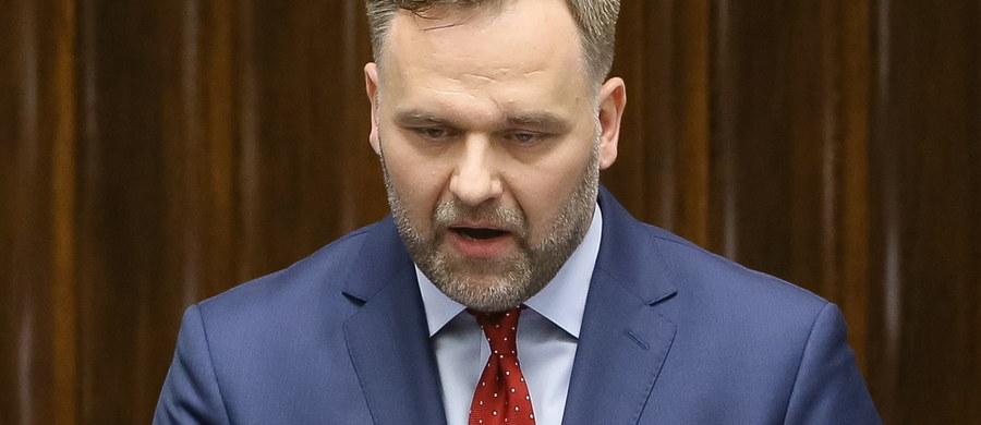 O grzechach głównych w zarządzaniu majątkiem publicznym mówił w Sejmie minister skarbu Dawid Jackiewicz. Wśród nich wymienił: pazerność, niegospodarność, rozrzutność, łamanie procedur, wykorzystywanie spółek do celów politycznych oraz działanie na szkodę państwa.