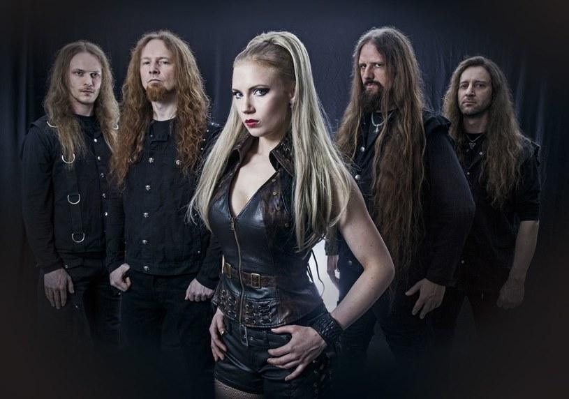 """Symfometalowa grupa Leaves' Eyes z Niemiec opublikowała właśnie wideoklip """"Edge Of Steel"""", w którym możemy już zobaczyć i usłyszeć nową wokalistkę Elinę Siiralę."""