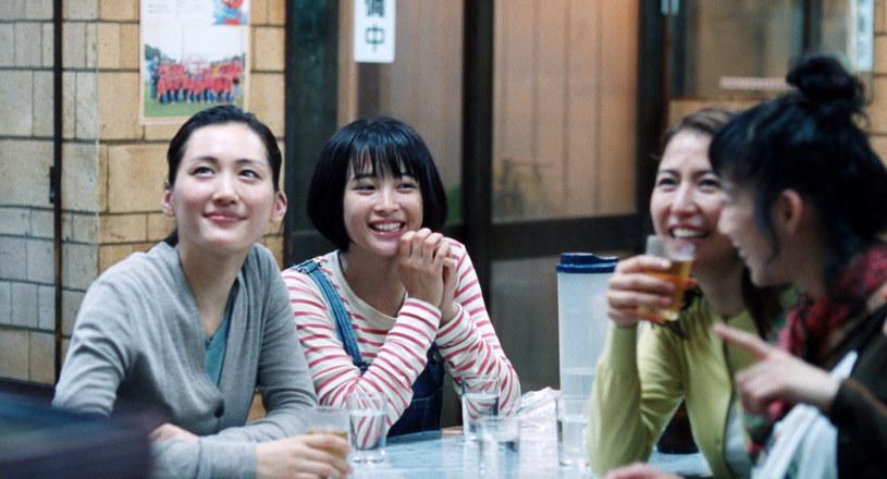 """""""Zapadająca w pamięć, bardzo prawdziwa opowieść o miłości"""", """"film skonstruowany z niezwykłą klasą"""" - pisali krytycy o japońskiej """"Naszej młodszej siostrze"""", nominowanej w ubiegłym roku do Złotej Palmy w Cannes. Film, który w piątek trafi na polskie ekrany, zrealizował nagradzany reżyser Hirokazu Kore-eda."""