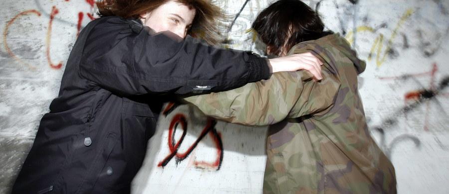 Atak nożownika w kurorcie Colombe w Alpach w południowej Francji. Marokańczyk zaatakował matkę z trzema córkami. 8-latka trafiła do szpitala w bardzo poważnym stanie.