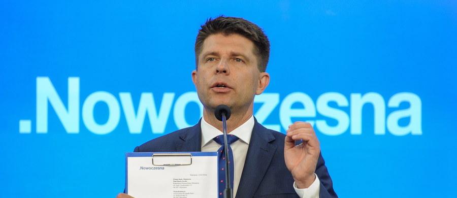 Nowoczesna wyśle do premier Beaty Szydło oraz ministrów jej rządu pismo dotyczące udostępnienia pisemnej bądź elektronicznej wersji raportu dotyczącego 8 lat rządów koalicji PO-PSL – poinformował lider Nowoczesnej Ryszard Petru.