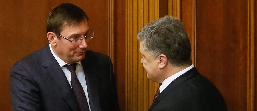 Parlament Ukrainy zatwierdził na stanowisku prokuratora generalnego Jurija Łucenkę - szefa frakcji parlamentarnej Bloku Petra Poroszenki, który w przeszłości był szefem MSW, a za rządów byłego prezydenta Wiktora Janukowycza odbywał wyrok więzienia, uznany przez Unię Europejską za polityczny. Drogę do stanowiska utorowała Łucence zmiana prawa - wcześniej w czwartek parlament w Kijowie przyjął ustawę, która zezwala na objęcie funkcji prokuratora generalnego przez osobę bez wykształcenia prawniczego.