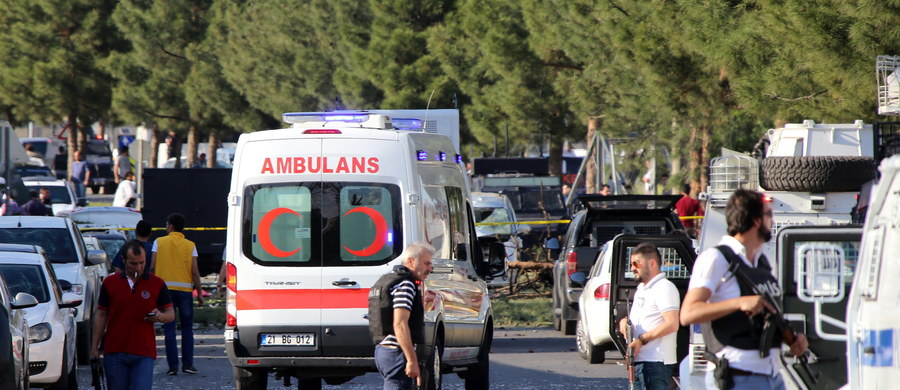 Cztery osoby zginęły, a 17 zostało rannych w wyniku eksplozji bomby, do której doszło wieczorem w zamieszkiwanej głównie przez Kurdów prowincji Diyarbakir na południowym wschodzie Turcji. Ofiary śmiertelne to bojownicy Partii Pracujących Kurdystanu (PKK).