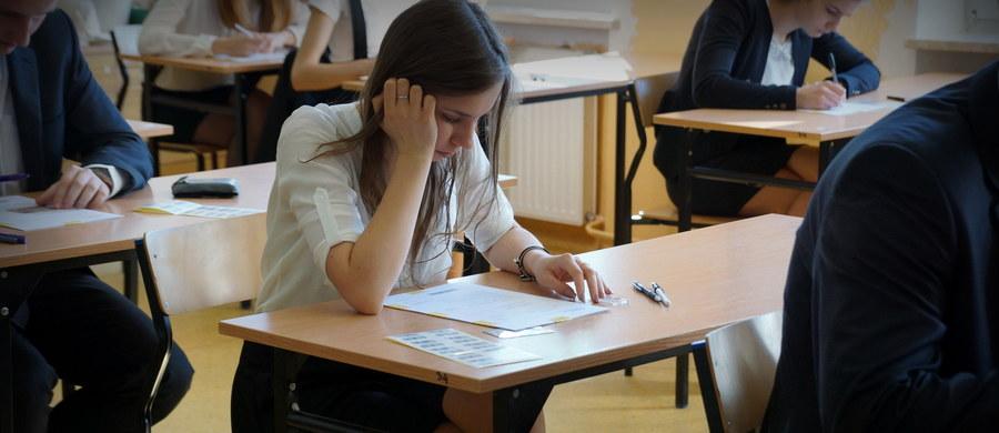 Maturzyści dziś rano przystąpili do pisemnego egzaminu z chemii. Po południu odbędzie się egzamin z geografii. Oba egzaminy nie są obowiązkowe, przystępują do nich tylko ci abiturienci, którzy zadeklarowali taką wolę.