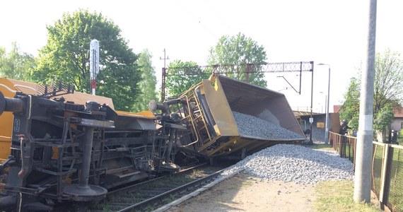 Aż 10 wagonów pociągu towarowego przewożącego tłuczeń wykoleiło się w pobliżu stacji Sośnie Ostrowskie w Wielkopolsce. Dla pasażerów Przewozów Regionalnych wprowadzono komunikację zastępczą na trasie Międzybórz - Granowiec. Informację  dostaliśmy na Gorącą Linię RMF FM.