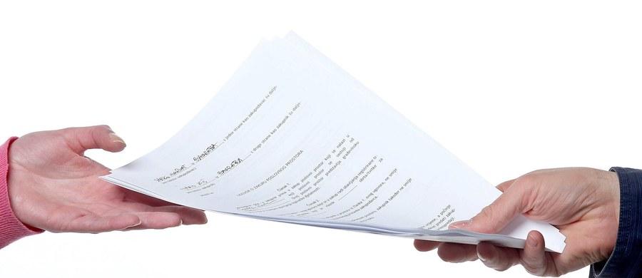 Sejm przyjął nowelizację, w wyniku której do kodeksu pracy wprowadzono obowiązek pisemnego zawarcia umowy o pracę lub potwierdzenia na piśmie jej warunków przed podjęciem pracy. Zmiana ma wejść w życiu od 1 września 2016 roku.