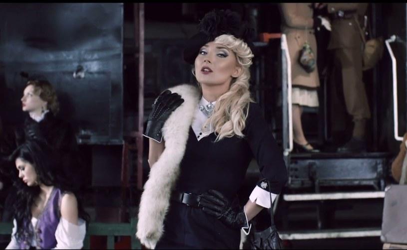 """""""Wolę być"""" to kolejny singiel zapowiadający płytę Cleo. Wokalistka zaprezentowała kostiumowy teledysk towarzyszący piosence."""