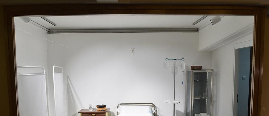 Wyposażenie pokoju z rzymskiej kliniki Gemelli, w którym po zamachu w 1981 r. przebywał Jan Paweł II, uzupełniło wystawę Muzeum Dom Rodzinny papieża-Polaka w Wadowicach. Nowe eksponaty zobaczyć można w sali domu katolickiego, położonego nieopodal placówki.