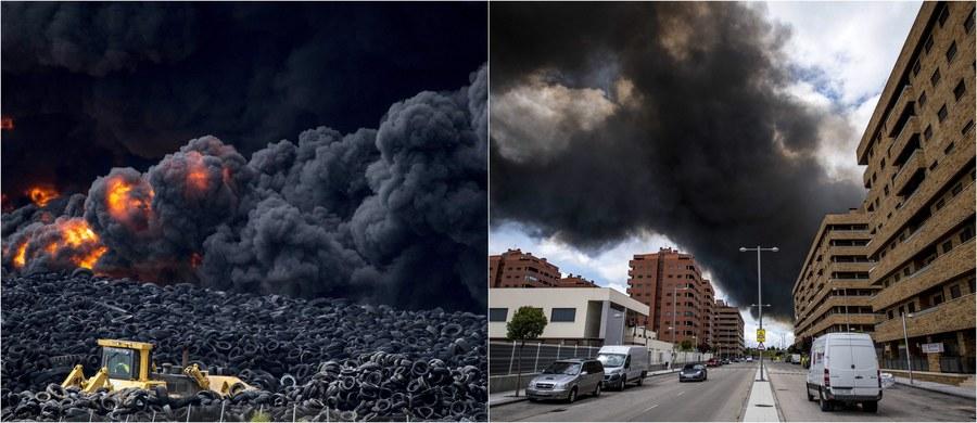 Nawet kilka dni może potrwać walka z wielkim pożarem, jaki wybuchł w piątek na nielegalnym składowisku opon kilkadziesiąt kilometrów od Madrytu. Jak podały lokalne media, składowisko uważane jest za największe w Hiszpanii. Ewakuowano 9 tysięcy mieszkańców pobliskiego miasteczka Sesena. Nad okolicą unoszą się kłęby toksycznego dymu.