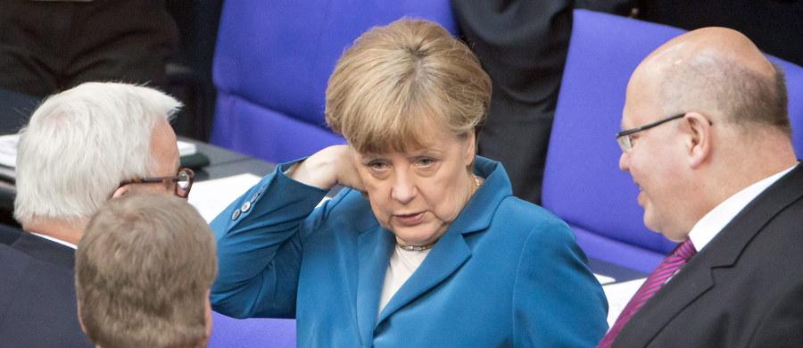 Ktoś podrzucił pod drzwi biura kanclerz Angeli Merkel w Stralsundzie w jej okręgu wyborczym w Meklemburgii świńską głowę z obraźliwym napisem - podała w sobotę agencja dpa. Patrol policji odkrył zwierzęcą głowę rano podczas rutynowej kontroli.