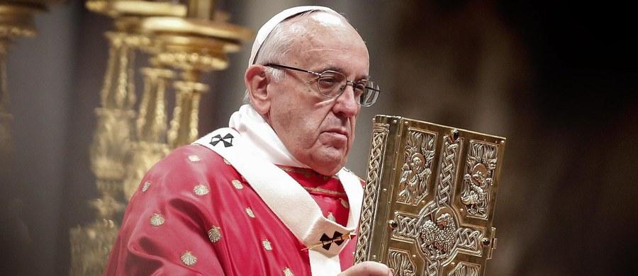 Być chrześcijaninem to nie znaczy przyłączyć się do pewnej kultury czy doktryny, ale żyć zgodnie z przykazaniami - mówił do wiernych papież Franciszek. Apelował o otwarcie umysłów i serc.
