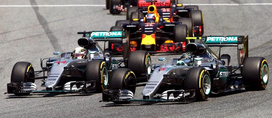 Tuż po starcie do wyścigu Formuły 1 o Grand Prix Hiszpanii doszło do zderzenia między kierowcami ekipy Mercedesa - broniącym tytułu Brytyjczykiem Lewisem Hamiltonem i Niemcem Nico Rosbergiem. W efekcie obaj musieli wycofać się z rywalizacji. Wyścig wygrał 18-letni Holender Max Verstappen z teamu Red Bull.