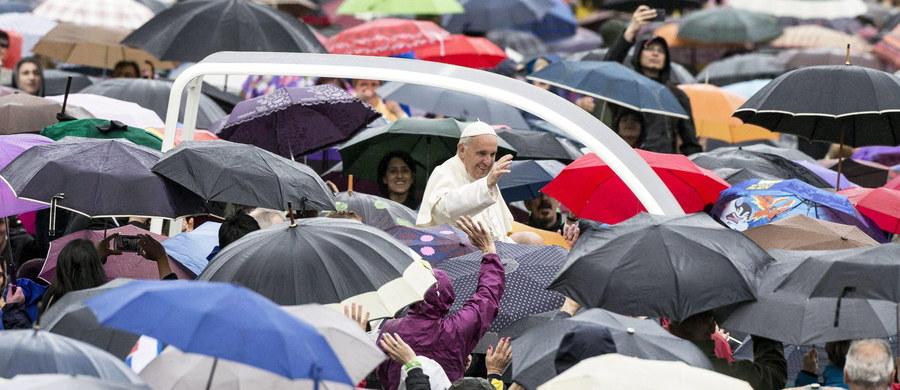 W orędziu na Światowy Dzień Misyjny papież Franciszek odnotował z zadowoleniem rosnącą obecność kobiet w Kościele. Zauważył, że często potrafią one w bardziej właściwy sposób zrozumieć problemy ludzi i na nie odpowiedzieć.