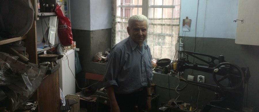Ma 80 lat, od ponad 60 jest szewcem i nie chce iść na emeryturę. Problem w tym, że z małego warsztatu na lubelskiej starówce musi wyprowadzić się do końca czerwca - a nie ma dokąd. Poznajcie Jana Nieznaja, nestora nielicznych lubelskich szewców.