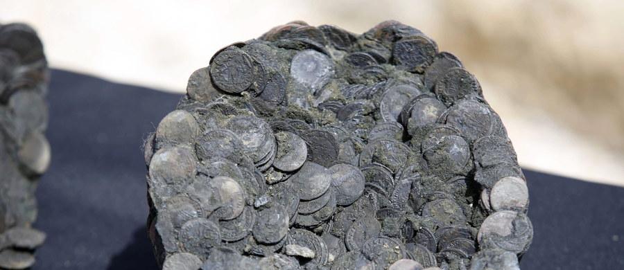 Brązowe figury i tysiące monet pochodzące z rozbitego 1,6 tys. lat temu statku handlowego odkryto u wybrzeży historycznego portu Cezarea w Izraelu. To największe takie znalezisko od 30 lat.