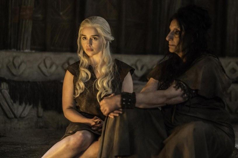 """W czwartym odcinku bieżącego sezonu serialu """"Gry o tron"""" wcielająca się w rolę Daenerys Targaryen Emilia Clarke pojawia się na ekranie bez ubrania."""