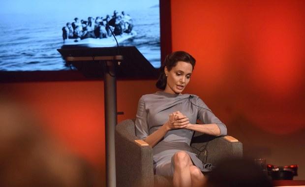 """Angelina Jolie, aktorka i ambasador dobrej woli Wysokiego Komisarza ONZ ds. Uchodźców (UNHCR) zaapelowała do wspólnoty międzynarodowej o odrzucenie obaw i zdwojenie wysiłków w sprawie rozwiązania kryzysu uchodźczego. """"Na obecny dzień ponad 60 mln osób zmieniło miejsce zamieszkania (w tym jedna trzecia to uchodźcy), czyli o wiele więcej niż kiedykolwiek w ciągu ostatnich 70 lat"""" - powiedziała w siedzibie BBC w Londynie. Podkreśliła jednocześnie, że """"jeśli dom sąsiada się pali, nie będziecie bezpieczniejsi zamykając drzwi""""."""