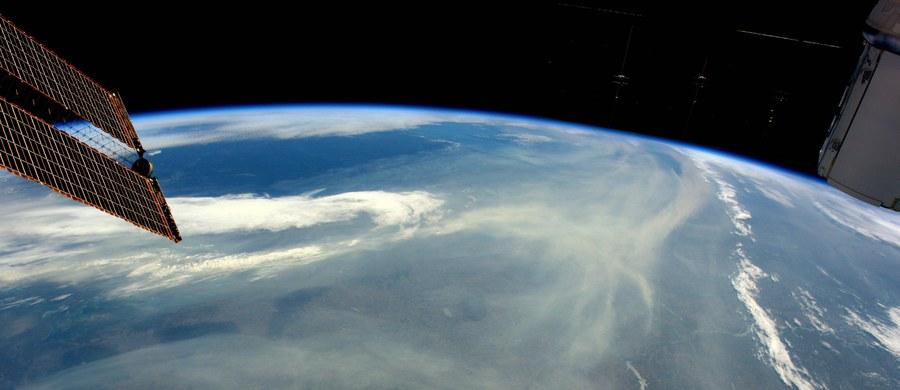 Międzynarodowa Stacja Kosmiczna (ISS) wykonała swe stutysięczne okrążenie Ziemi od czasu umieszczenia na orbicie jej pierwszego elementu, czyli ponad 18 lat temu. Jak podała rosyjska kontrola lotu, jubileuszowe okrążenie trwało od godziny 6.35 do godziny 8.10 rano czasu polskiego.