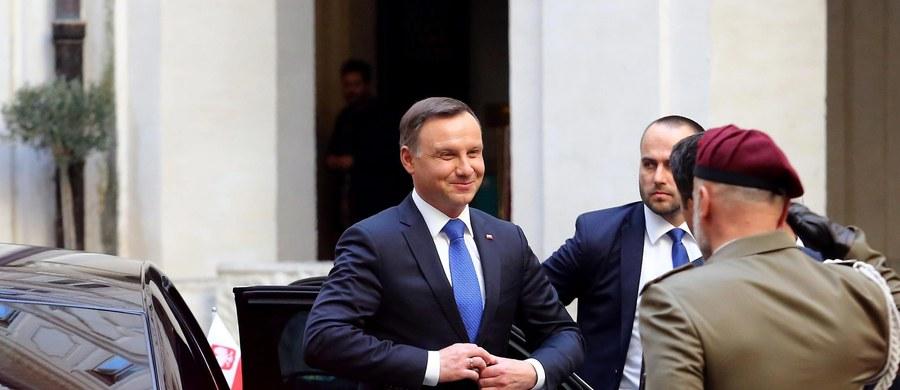 Prezydent Andrzej Duda poinformował, że podczas rozmowy z premierem Włoch Matteo Renzim w Rzymie zgodzono się, że kryzys migracyjny trzeba rozwiązywać u źródeł. Renzi przyznał, że istnieją kwestie, które różnią nasze kraje, ale zapewnił o woli rozmów i stałych kontaktów.