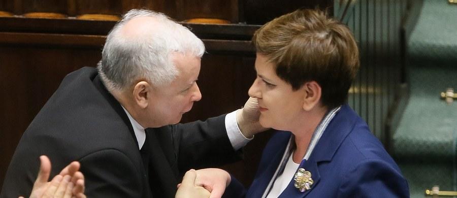 To, że polskiemu życiu polityczno-publiczno-spółkowemu przydałoby się solidne szarpnięcie cuglami – nie ulega dla mnie wątpliwości. Nawet, jeśli złoty mercedes, okazał się mercedesem złotawo-beżowo-szarym, to bez wątpienia, to, co dzieje się w spółkach Skarbu Państwa i wokół nich stanowczo zbyt często ma więcej wspólnego z politycznym nepotyzmem, a za rzadko – z interesem publicznym. Problem w tym, że nic nie wskazuje na to, by gromkie potępienie dla poprzedników, jakie partia rządząca zaprezentowała przy okazji audytu, miało cokolwiek wspólnego z rewolucją moralną, która zmieniałaby ten stan rzeczy.