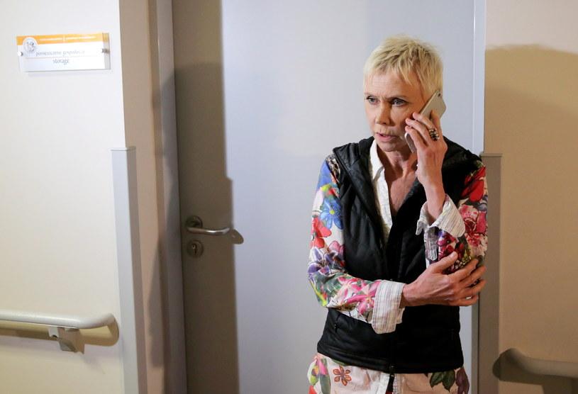 """Trzy godziny trwała w szpitalu uniwersyteckim w Olsztynie pionierska operacja córki aktorki Ewy Błaszczyk. 22-letniej Aleksandrze, która jest w śpiączce od 16 lat, wszczepiono specjalny symulator. Urządzenie ma pobudzić pracę mózgu i tym samym może przyczynić się do wybudzenia jej ze śpiączki. """"Wszystko odbyło się bez kłopotów, jak należy"""" - podkreślają lekarze, którzy przeprowadzili zabieg."""