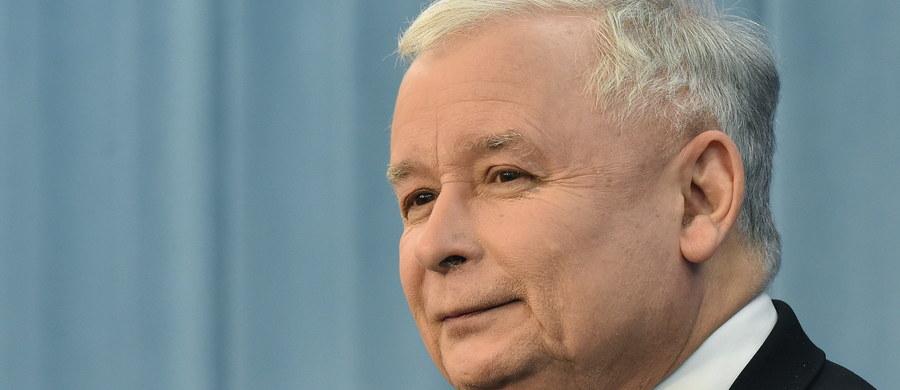 W krótkim czasie powinny się rozpocząć prace nad ustawą o TK w oparciu o projekty PiS i PSL - zapowiedział po spotkaniu u marszałka Sejmu prezes PiS Jarosław Kaczyński. Jak podkreślił, będzie to rozwiązanie przejściowe. Projekt ostatecznej ustawy mają bowiem przygotować eksperci.