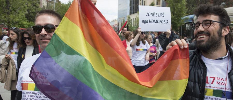 Kilkaset osób przeszło ulicami kosowskiej stolicy, Prisztiny, w paradzie Gay Pride. Jest to pierwszy w historii tego typu marsz w zamieszkanym w 90 proc. przez muzułmanów Kosowie. Wzięli w niej udział m.in. prezydent Hashim Thaci oraz ambasadorowie USA i Wielkiej Brytanii.
