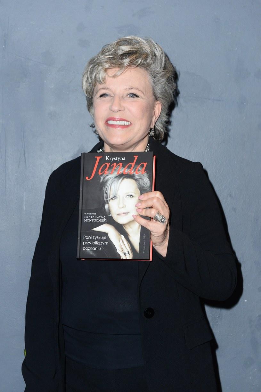 """Krystyna Janda w rozmowie z Katarzyną Montgomery odkrywa prawdę o sobie. Książka """"Pani zyskuje przy bliższym poznaniu"""" trafiła we wtorek, 17 maja, do księgarń."""