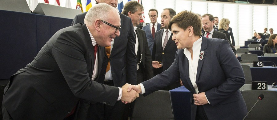 Ultimatum Komisji Europejskiej dla polskiego rządu mija w najbliższy poniedziałek. Do 23 maja polski rząd ma czas na dosłanie brakujących informacji w sprawie Trybunału Konstytucyjnego. Jeżeli do tego czasu Polska nie wyjaśni nieporozumień wokół TK, to - jak ustaliła dziennikarka RMF FM - jeszcze w tym miesiącu KE może podjąć decyzję o przejściu do drugiego etapu procedury nadzoru nad naszym krajem, czyli przedstawić konkretne zalecenia. Niezastosowanie się do nich może skutkować odebraniem Polsce głosu w radach Unii.