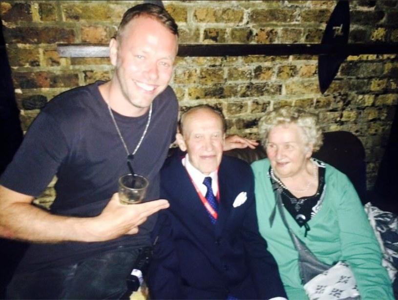 Jacob Hansen, znany bardziej jako DJ Jacob Husley, poszukuje pary 70-letnich Polaków, spotkanych w londyńskim klubie Fabric. Nasi rodacy, o których piszą światowe media, bawili się tam do piątej nad ranem, tańcząc i popijając herbatę.