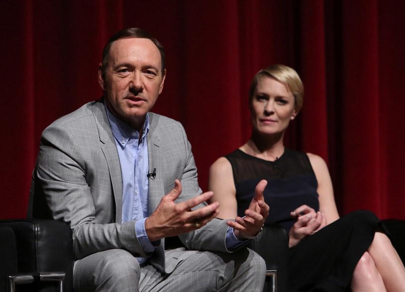 """Kiedy Robin Wright odkryła, że zarabia mniej pieniędzy niż jej ekranowy mąż, Kevin Spacey, zachowała się tak, jak zapewne postąpiłaby Claire Underwood, czyli jej bohaterka z """"House of Cards"""", zażądała równego traktowania."""