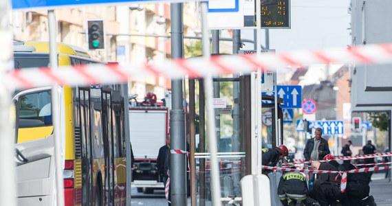 """Samotny wilk, człowiek zaburzony albo wykonawca porachunków kryminalnych - taki portret psychologiczny sprawcy wybuchu niewielkiego ładunku w autobusie komunikacji miejskiej we Wrocławiu rysuje ekspert w rozmowie z reporterem RMF FM. """"Mimo że urządzenie było prymitywne - chodzi o ładunek wybuchowy z saletry i gwoździe, to takich zagrożeń nie wolno bagatelizować. Podobną konstrukcję miały bomby użyte przez braci Carnajewów podczas ataku na maraton w Bostonie"""" - podkreśla Grzegorz Cieślak."""
