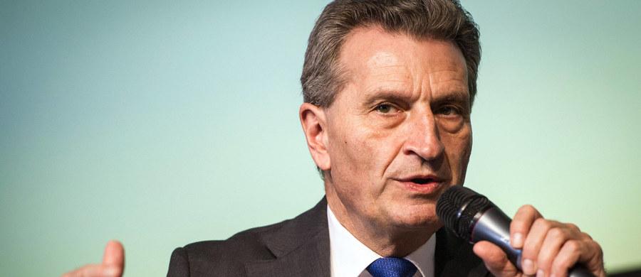 """Komisja Europejska nie ma problemów z reputacją. KE ma zobowiązania wynikające z traktatów i z traktatu też wynika zobowiązanie Komisji do pilnowania praworządności w państwach UE - oświadczył komisarz ds. gospodarki cyfrowej i społeczeństwa Günther Oettinger. Skomentował w ten sposób dzisiejszą wypowiedź premier Beaty Szydło w Sejmie, """"że to nie Polska ma problem z reputacją i autorytetem, ale Komisja Europejska""""."""