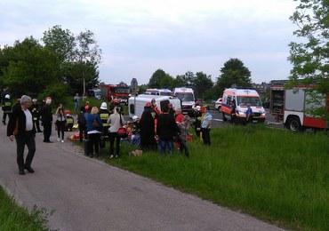 Wypadek busa i osobówki w Małopolsce. Co najmniej 22 osoby są ranne