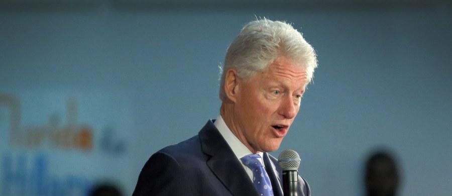 """""""Ręce precz od naszej demokracji"""" – pod tym hasłem Polonia protestuje przeciwko słowom Billa Clintona i zaczyna pojawiać się na spotkaniach wyborczych Hillary Clinton. Ponad 100 osób z biało-czerwonymi flagami pojawiło się czwartek wieczorem czasu miejscowego w Chicago na wiecu byłej Sekretarz Stanu USA."""