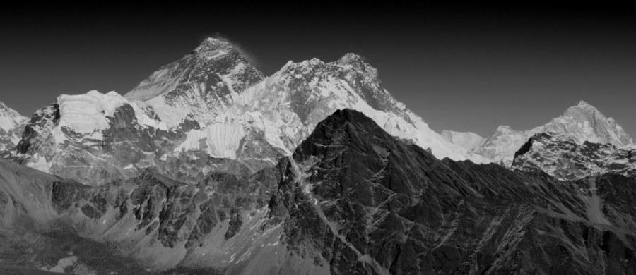 43-letnia Nepalka Lhakpa Sherpa, mieszkająca na stałe w stanie Connecticut w USA, jest pierwszą kobietą na świecie, która po raz siódmy stanęła na wierzchołku najwyższej góry świata - Mount Everest.