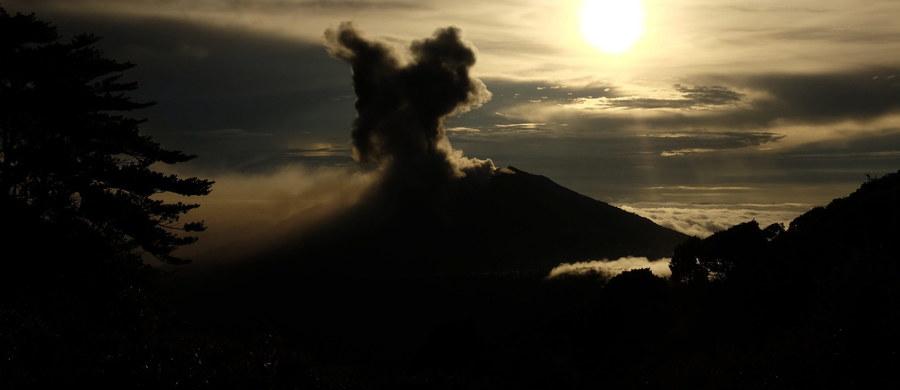 Położony w środkowej części Kostaryki wulkan Turralbia zaczął wyrzucać do atmosfery olbrzymie ilości pyłu i popiołów, które - niesione wiatrem - dotarły do odległej o 30 km stolicy kraju San Jose.
