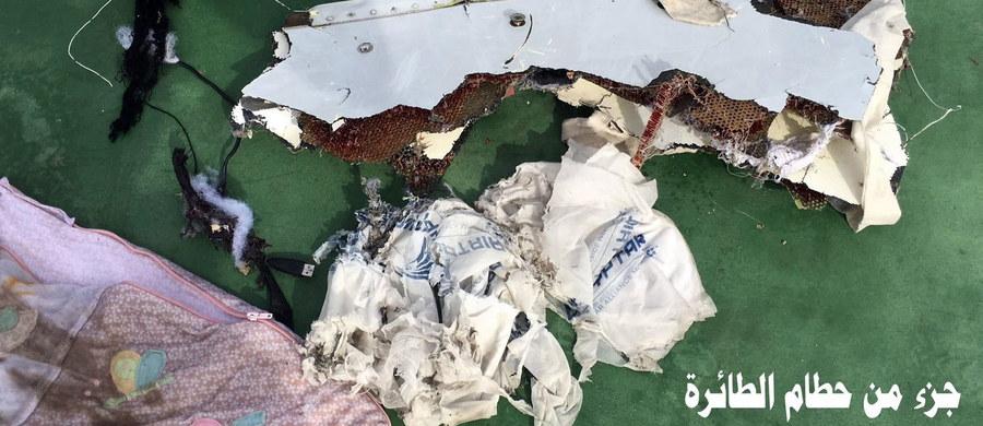 Władze Grecji i Egiptu poinformowały, że natrafiono na fragmenty egipskiego samolotu Airbus A320, który w nocy ze środy na czwartek zniknął radarów. Ponadto jak wynika z przekazanych informacji, na krótko przed katastrofą detektory dymu w samolocie miały wszcząć alarm. Ministerstwo obrony Egiptu opublikowało pierwsze zdjęcia fragmentów samolotu.